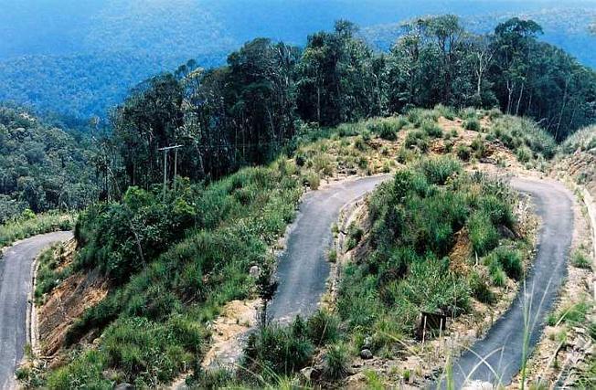 Để đến được đỉnh Hòn Bà du khách phải chinh phục những con đường cua gấp khúc