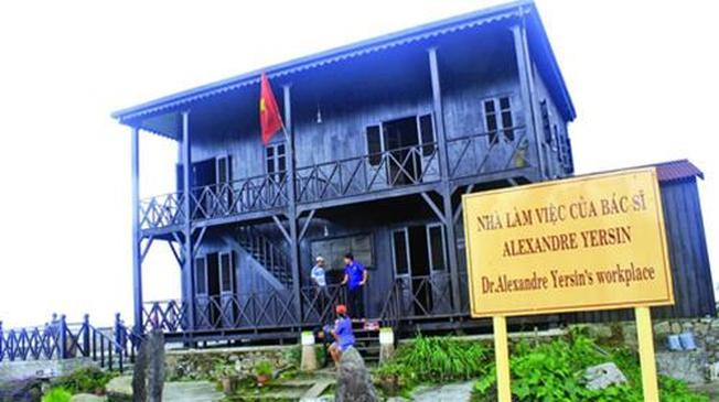 Thăm quan ngôi nhà sàn bằng gỗ trên đỉnh Hòn Bà là hoạt động thích thú với nhiều khách du lịch