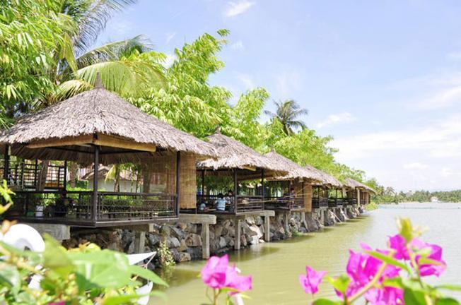 Những chòi lá bên sông cho du khách những giây phút tận hưởng không khí trong lành