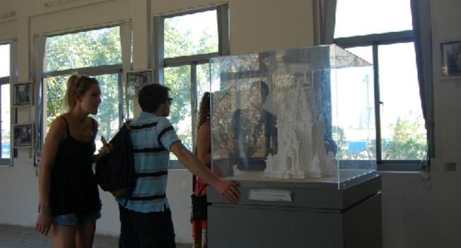 Du khách nước ngoài tham quan bảo tàng