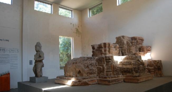 Một số hiện vật bằng sa thạch trong bảo tàng