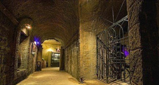 Bên trong hầm được đào theo hình vòm cung đậm kiến trúc Pháp