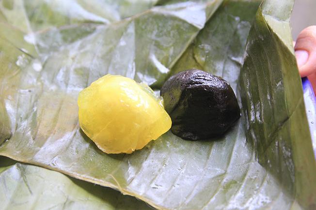 Bánh phu thê Hội An được gói trong lá chuối với hai màu đen và vàng