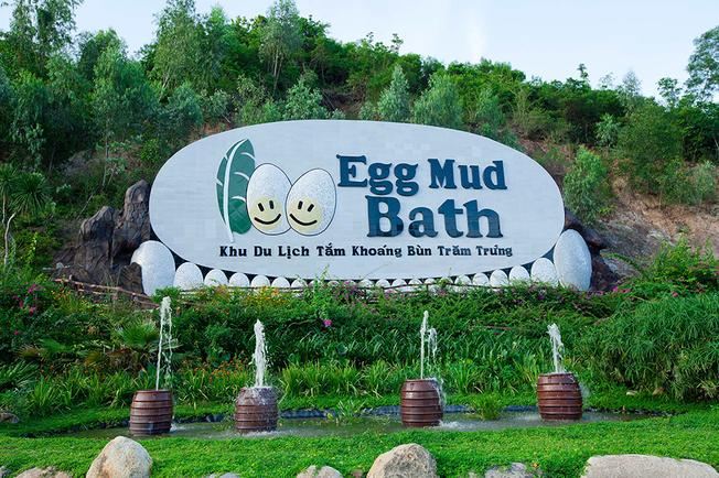 Cổng khu du lịch tắm khoáng bùn Trăm Trứng