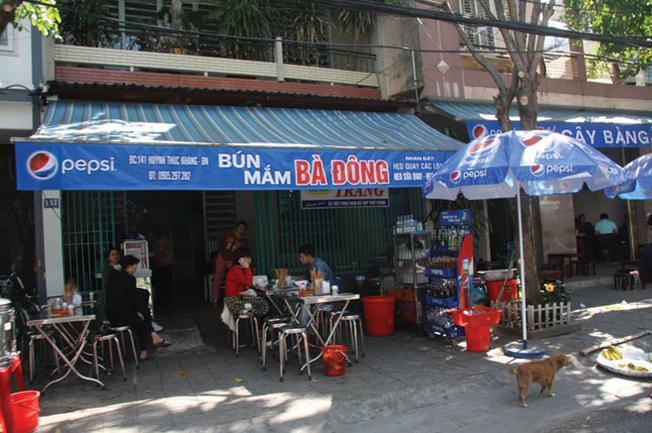 Một trong những quán ăn của phố điểm tâm