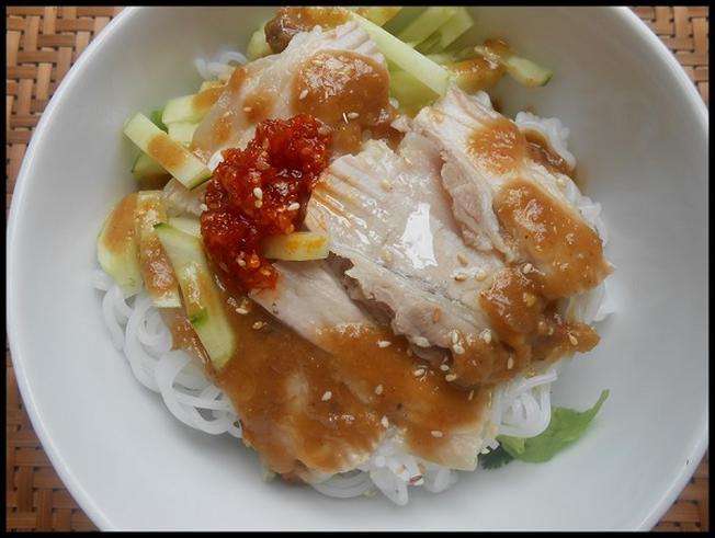 Món bún mắm luôn có mặt trong thực đơn của các quán ăn Trần Kế Xương
