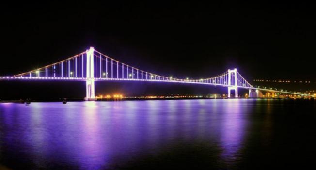 Cầu Thuận Phước in bóng xuống sông Hàn