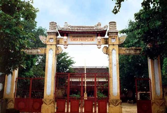 Cổng chùa Pháp Lâm cổ kính