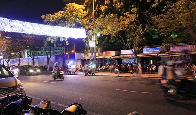 Càng về đêm những quán cà phê chợ Cồn càng trở lên đông khách