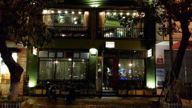 Một trong những quán cà phê nổi tiếng trên đường Bạch Đằng