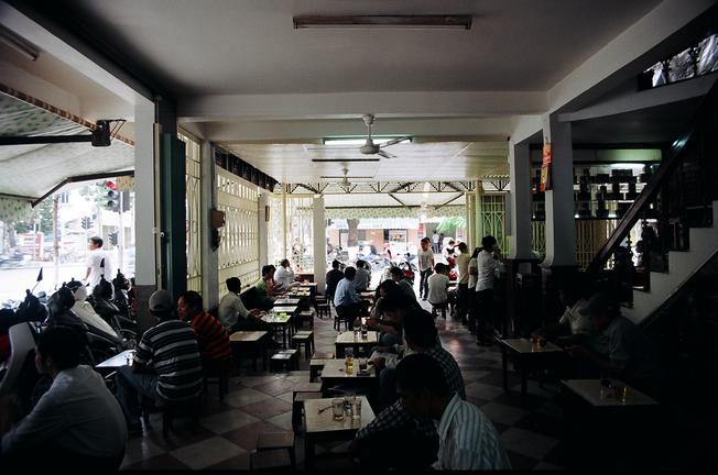 Những quán cà phê Bạch Đằng về đêm luôn đông khách
