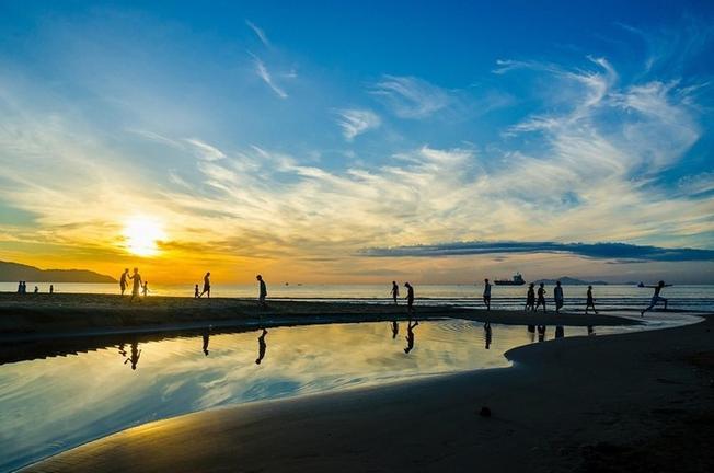 Bình minh trên bãi biển Mỹ Khê hiền hòa