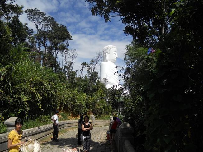 Khung cảnh chùa Linh Ứng Bà Nà