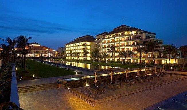 Pullman Danang Beach Resort rực rỡ ánh đèn về đêm