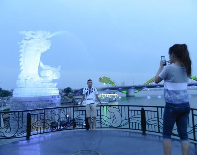Du khách bị thu hút bởi bức tượng Cá chép hóa rồng