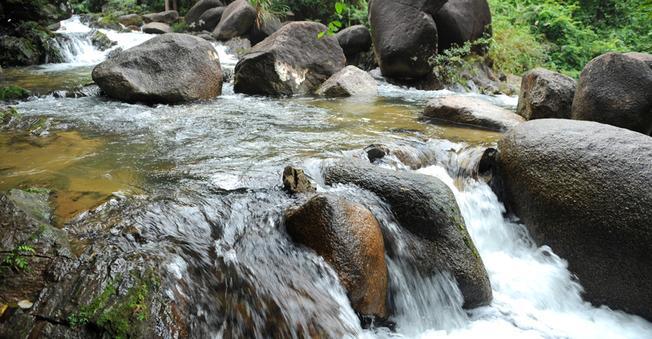 Nước suối trong vắt, mát lạnh tại Khu du lịch sinh thái Ngầm Đôi