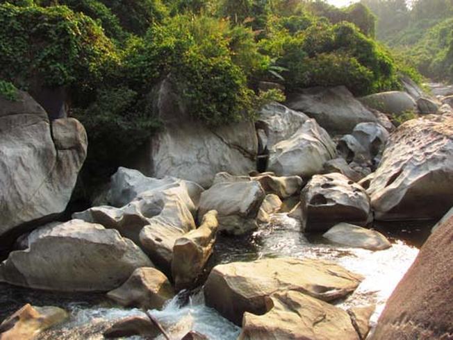 Những tảng đá với nhiều hình thù độc đáo