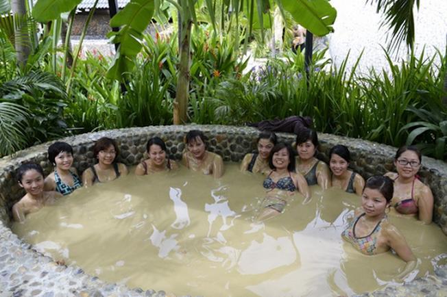 Tắm khoáng nóng thư giãn cơ thể