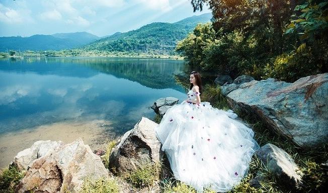 Mặt nước xanh trong của Hồ Xanh