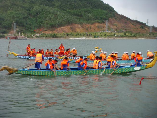 Các đội tham gia lễ hội đua thuyền