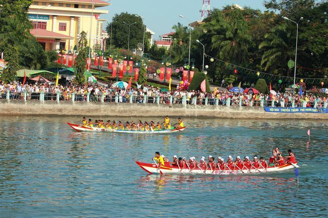 Lễ hội đua thuyền Đà Nẵng là một lễ hội Đà Nẵng nổi tiếng
