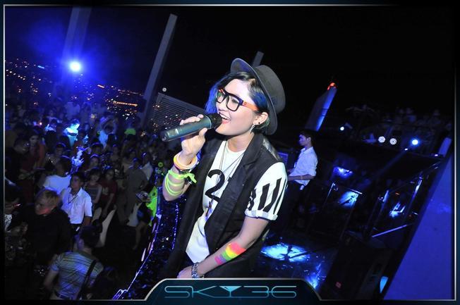 Cô ca sĩ bé nhỏ The Voice – Vicky Nhung cũng góp mặt trong Neon Party