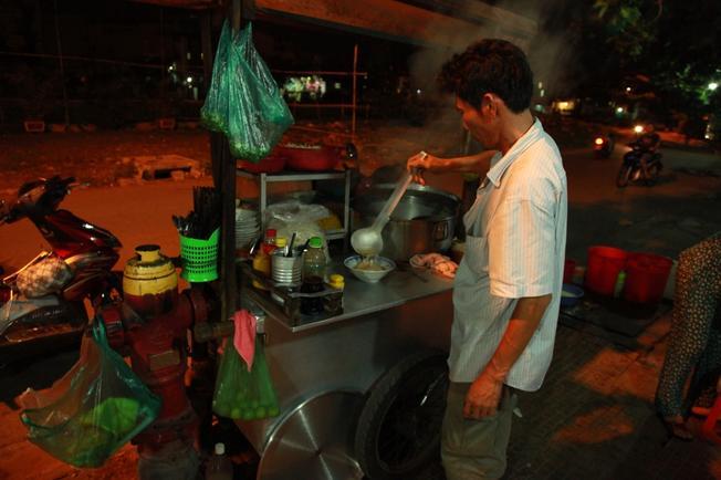 Ăn hủ tiếu ở vỉa hè và cảm nhận cuộc sống bình yên của thành phố Đà Nẵng