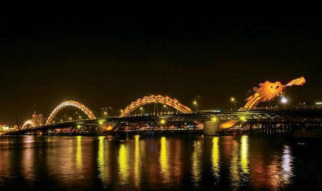 Đi du lịch Đà Nẵng - cầu Rồng phun lửa