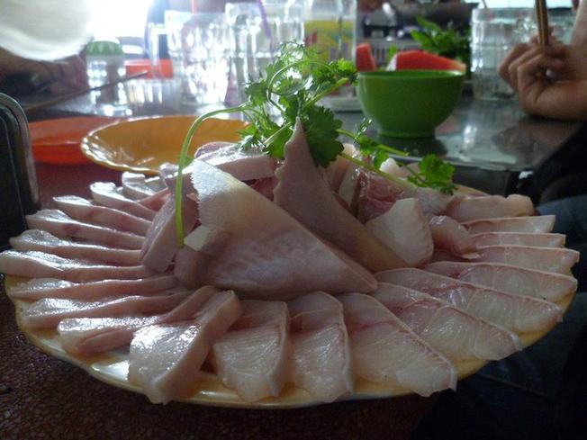 Thịt cá nhám tươi chuẩn bị nhúng dấm
