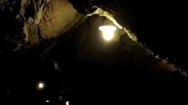 Động Huyền Vi hang động khá tối