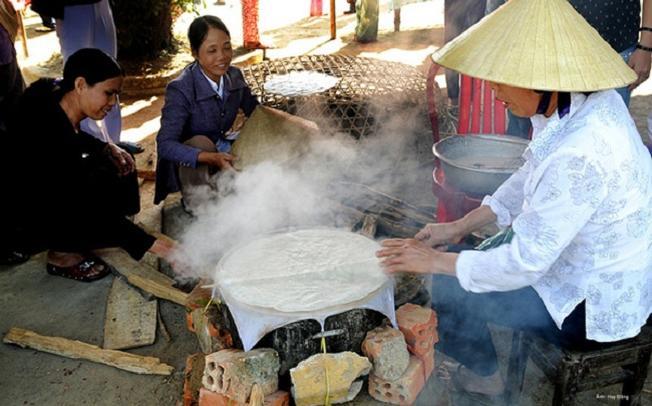 Làm bánh tráng là nghề truyền thống của người dân làng Túy Loan
