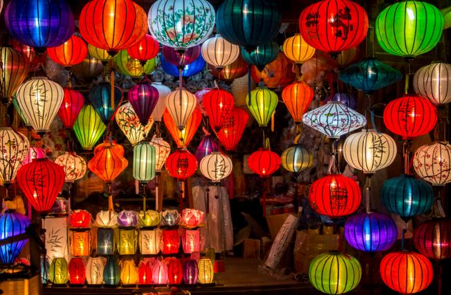 Đến với Hội An thì bạn đừng quên mua một vài chiếc đèn lồng làm quà nhé