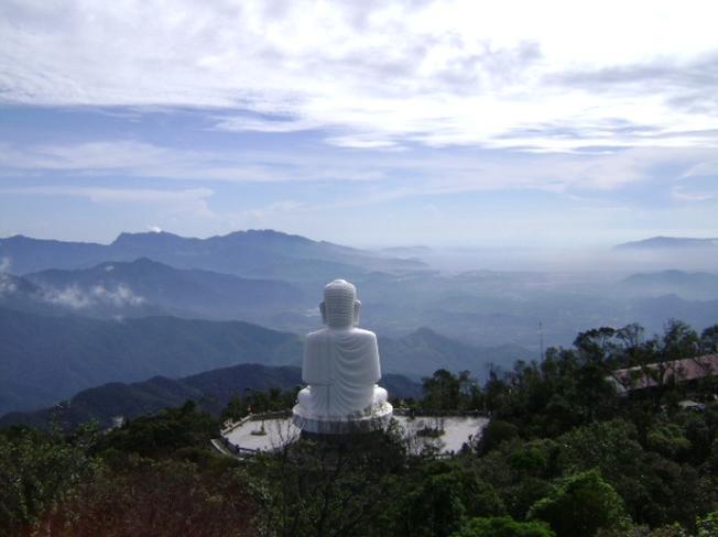 Tượng Phật ngồi trên đỉnh núi