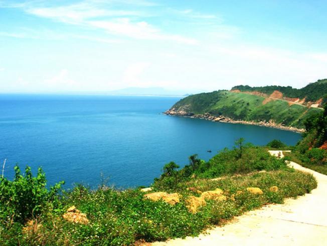Con đường lên bán đảo Sơn Trà khá dốc