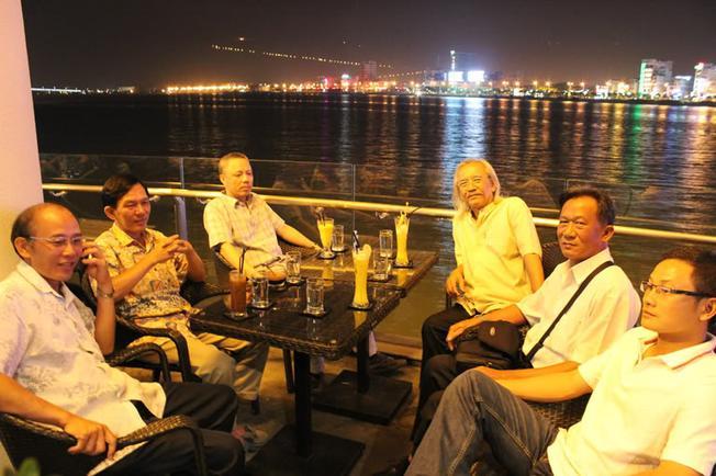 Tụ tập bạn bè ở pub ven sông