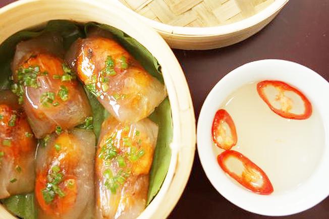 Bánh bột lọc nhân tôm thịt là loại bánh được nhiều thực khách ưa chuộng nhất