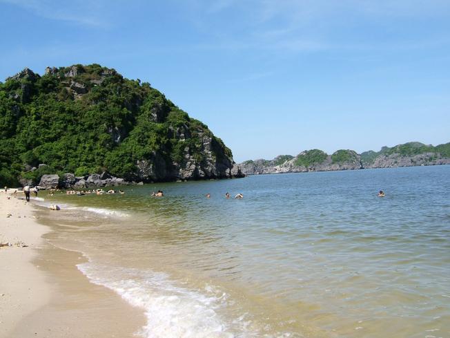 Bãi cát trắng mịn, làn nước trong xanh Cát Tiên Sa là điểm du lịch hấp dẫn