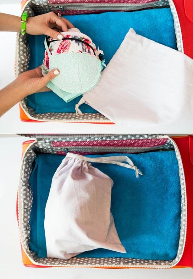 Sắp xếp món đồ lót đầu tiên vào một góc vali