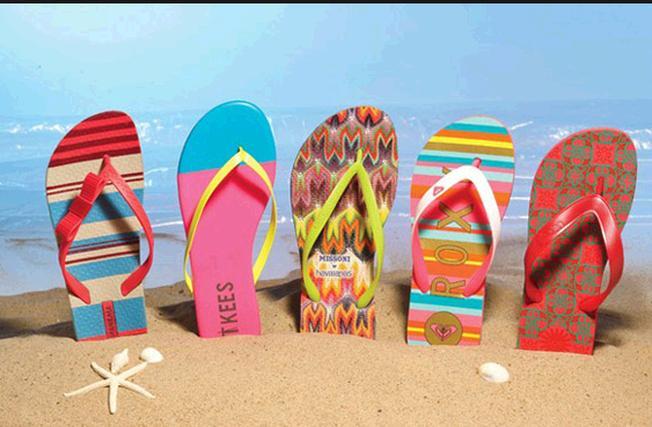 Nên chọn những chiếc giày đế bệt, dép sandal cho chuyến du lịch