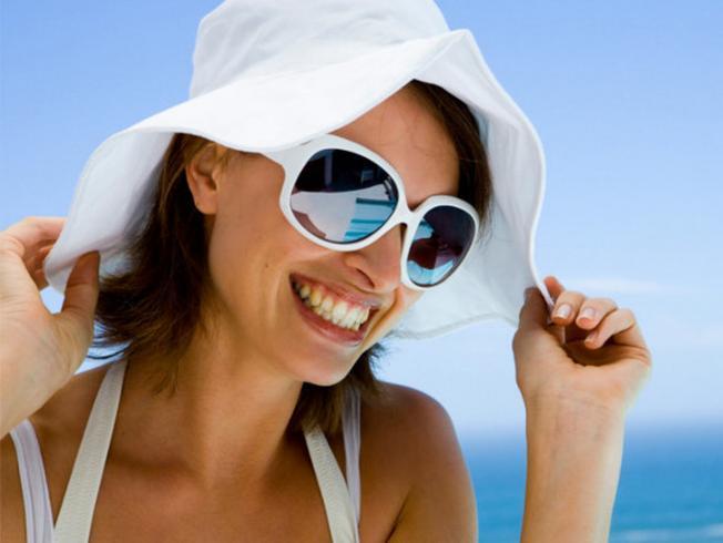 Mũ và kính râm 2 vật bất ly thân cho mọi chuyến du lịch