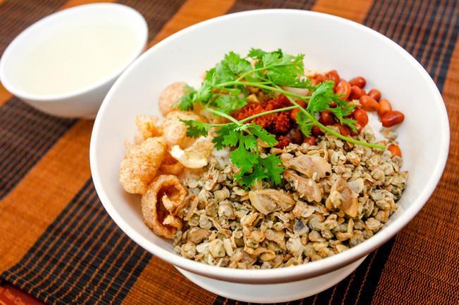 Cơm Hến được xếp vào danh sách món ngon Đà Nẵng hút hồn nhiều du khách