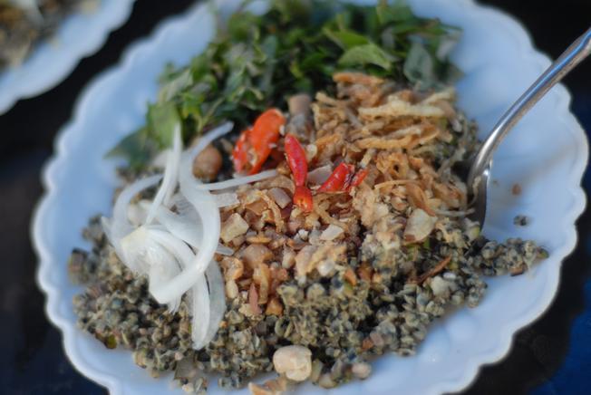 Xúc một miếng cơm hến và từ từ bỏ vào miệng để cảm nhận hương vị của món ăn