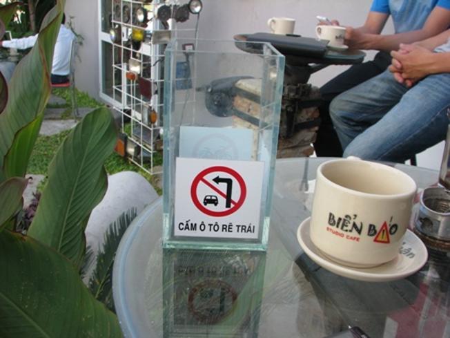 Các vật dụng trong quán cũng đều được in biển báo giao thông
