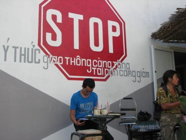 Thông điệp của quán là Stop ý thức giao thông gia tăng, tai nạn giảm