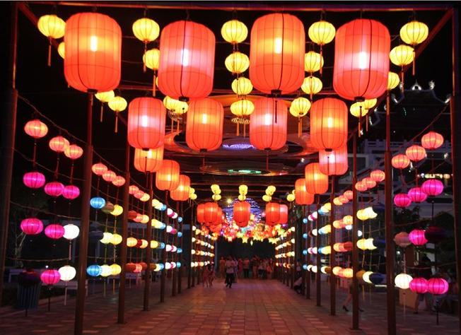 Một góc của con đường đèn lồng dài nhất Việt Nam