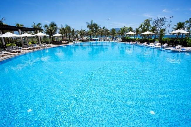 Những bể bơi hấp dẫn nhất mùa hè thu hút đông đảo khách dừng chân