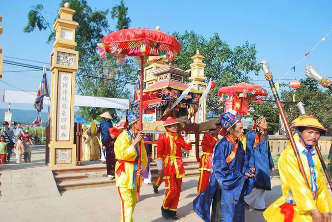 Lễ rước sắc độc đáo tại đình làng Túy Loan