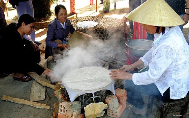 Món bánh tráng đặc sản của chợ quê Túy Loan