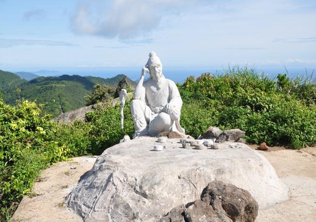 Tượng Tiên ông ngồi đánh cờ trên đỉnh núi