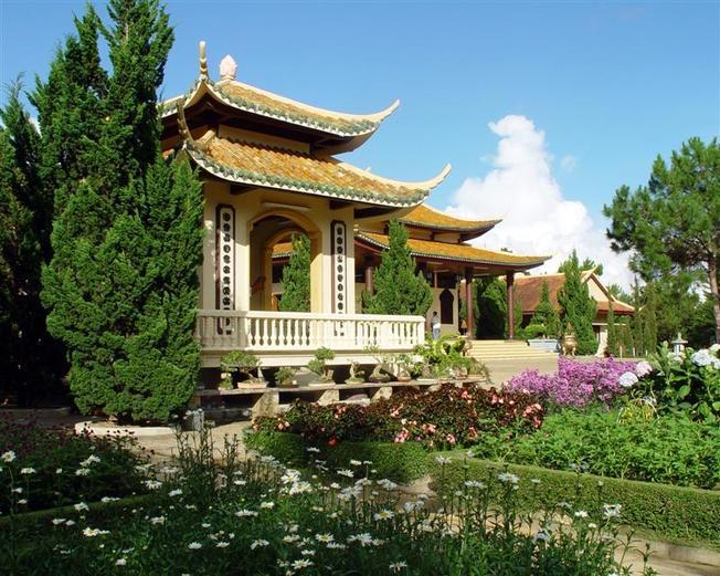 Thiền Viện Trúc Lâm một trong những địa điểm du lịch bụi Đà Lạt hấp dẫn